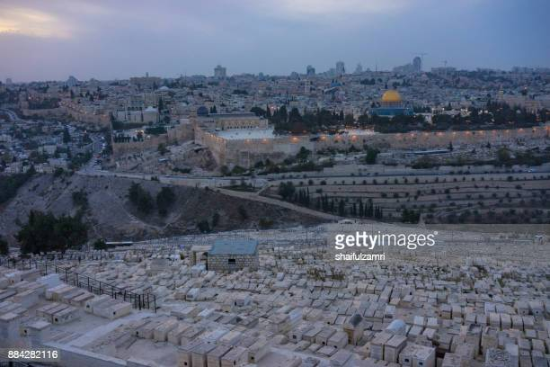 baitulmuqaddis, palestine - 12th nov 2017; panoramic view to jerusalem old city from the mount of olives. a gold dome and blue walls of a muslim mosque and a modern city with skyscrapers. - monte del templo fotografías e imágenes de stock
