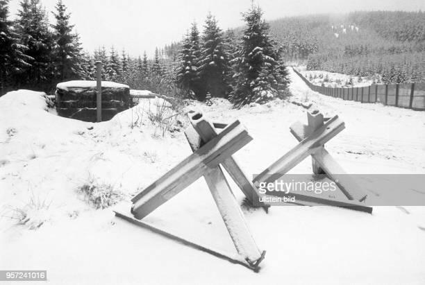 Panzersperren imSchnee im Grenzgebiet der innerdeutschen Grenze im Oberharz entlang des Metallgitterzauns aufgenommen am Der Brocken im Harz war bis...