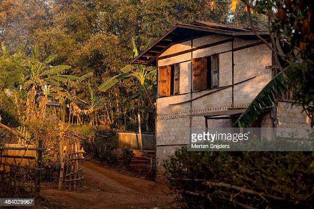 pa'o tribe farmhouse during sunrise - merten snijders - fotografias e filmes do acervo