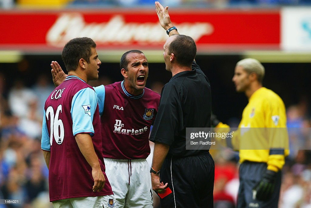 Paolo Di Canio of West Ham United argues with referee Mike Dean : News Photo