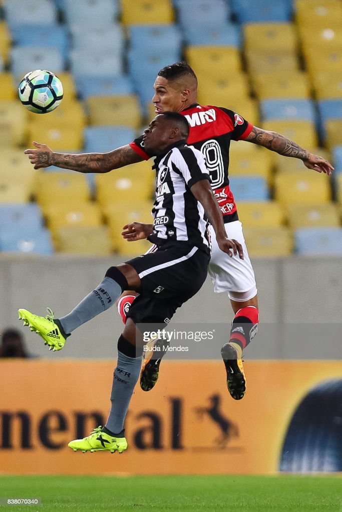 Paolo Guerrero (R) of Flamengo struggles for the ball with Marcelo Conceio of Botafogo during a match between Flamengo and Botafogo part of Copa do Brasil Semi-Finals 2017 at Maracana Stadium on August 23, 2017 in Rio de Janeiro, Brazil.