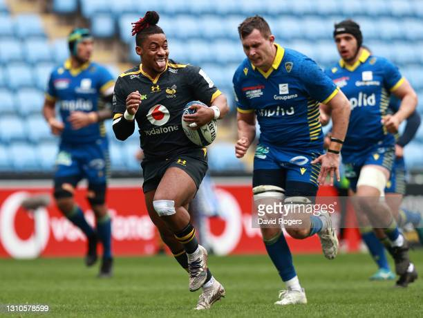 Paolo Odogwu of Wasps breaks with the ball to score his team's first try during the Heineken Champions Cup Round of 16 match between Wasps and ASM...