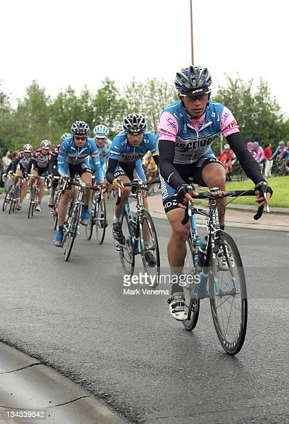Paolo Savoldelli of Cycling Team Discovery, is wearing the pink jersey as leader in the Giro.