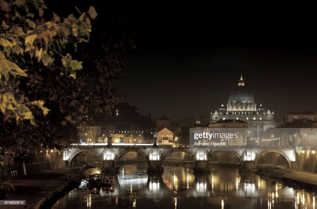 Papal Basilica of St. Peter at night, Vatican : Foto stock