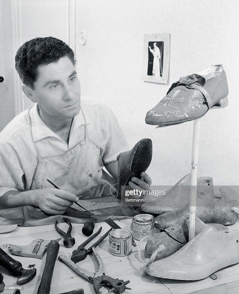 Cobbler Making Shoes : ニュース写真