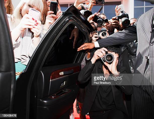 Paparazzi und fans, Fotos in car door
