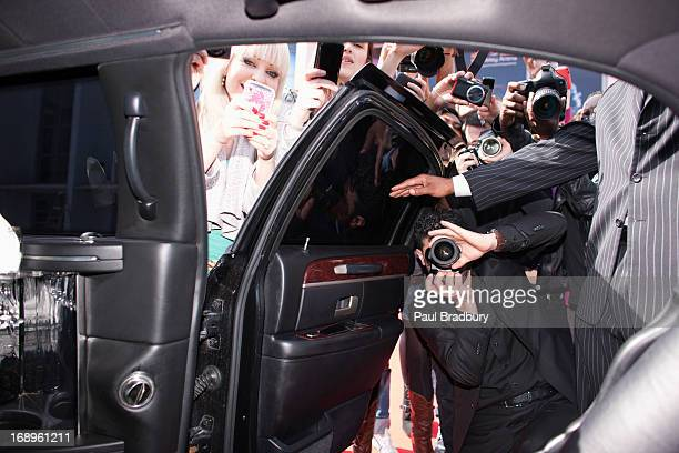 paparazzi and fans taking photos inside car door - celebrities 個照片及圖片檔