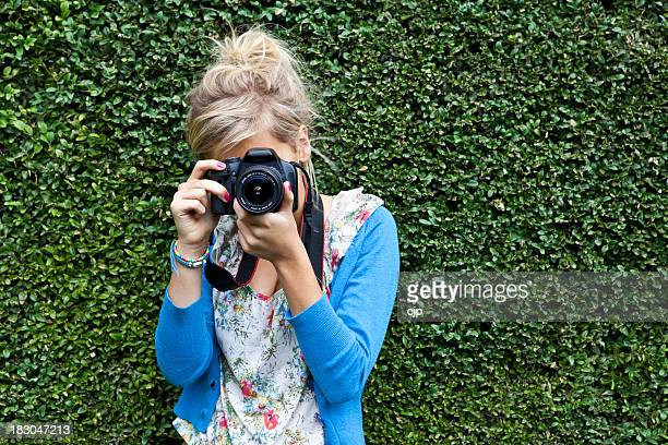 Paparazzi Mädchen nehmen Foto auf den Garten