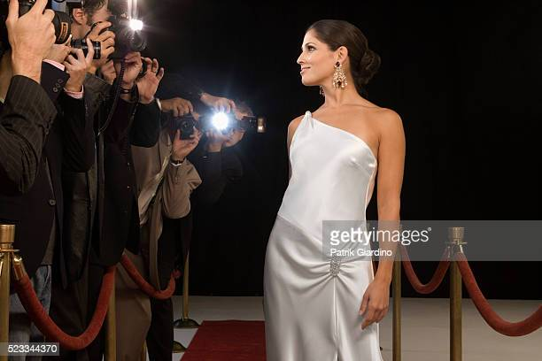 paparazzi photographing celebrity at red carpet event - red carpet event photos et images de collection