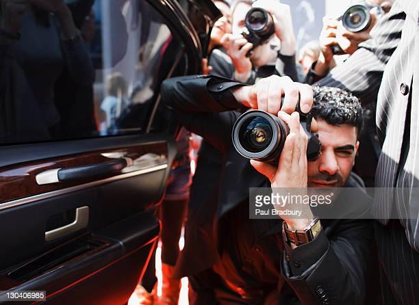 paparazzi tomando fotos de famosos en automóvil - red carpet event fotografías e imágenes de stock