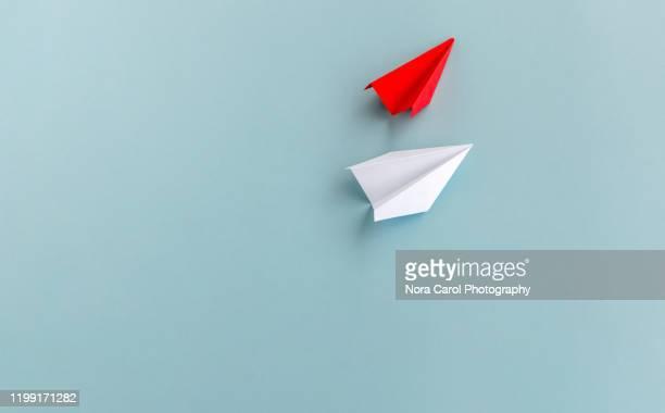 paper airplane origami - origami photos et images de collection