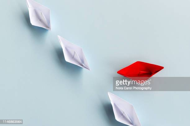 paper boats - richtung stock-fotos und bilder