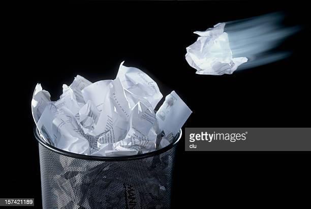 Papier Flugzeug in den Papierkorb