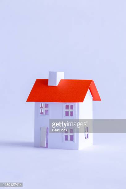 paper house on white background - レプリカ ストックフォトと画像