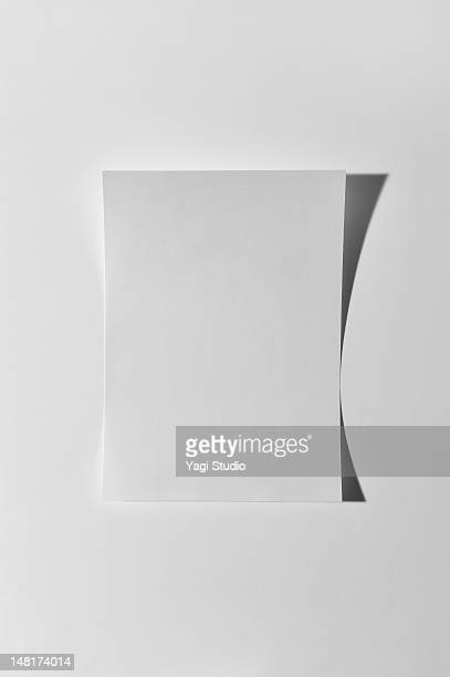 paper on white background - en papier photos et images de collection