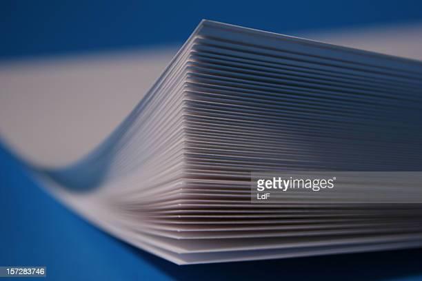 hojas de papel - derecho fotografías e imágenes de stock