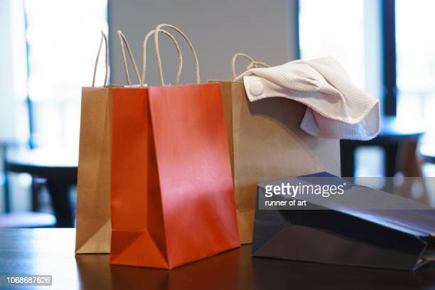 paper shopping bag on table - bag stock-fotos und bilder