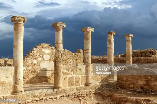 paphos archaeological park. house of theseus: colonnade - パフォス考古学公園 ストックフォトと画像