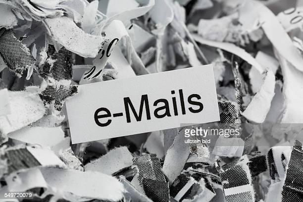 Papierschnitzel mit dem Stichwort eMails Symbolfoto für Datenvernichtung Mails und Datenüberflutung