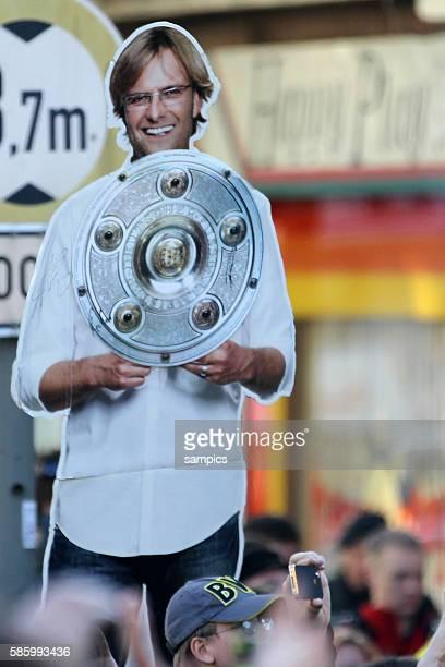 Pappfigur Trainer Jürgen Juergen Klopp Borussia Dortmund mit schale Double Sieger Doublesieger Meister und Pokal Sieger Borussia Dortmund 2012 auf...