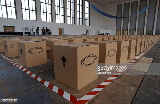 Pappkartons als Sitzmöbel für die Besucher Ökumenischen Krichentages in Berlin