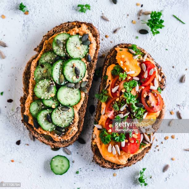 paprika hummus toasts with tomato and cucumber - vegana fotografías e imágenes de stock