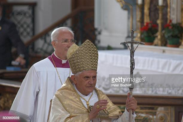 Papst Benedikt XVI Bischof Priester Marienvesper Einzug in Basilika St Anna Wallfahrtsort Altötting Bayern Deutschland PNr 1338/2006 Kirche...