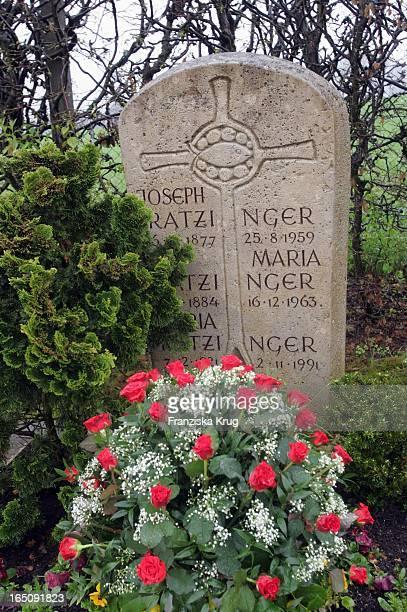 Papst Benedikt Xvi Das Grab Der Eltern Und Der Schwester Von J Kardinal Ratzinger Auf Dem Friedhof Der Gemeinde St Josef In Ziegetsdorf In Der St...