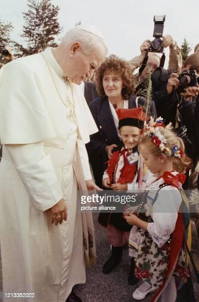Papst Johannes Paul II im ehemaligen Konzentrationslager Mauthausen mit Kindern in polnischer Tracht Das Oberhaupt der Katholischen Kirche besuchte...