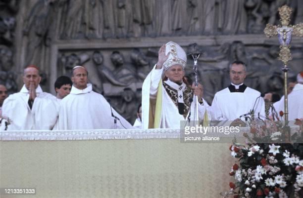 Papst Johannes Paul II zelebriert vor der Kathedrale Notre Dame in Paris eine Messe Das Oberhaupt der Katholischen Kirche besuchte im Juni 1980 die...