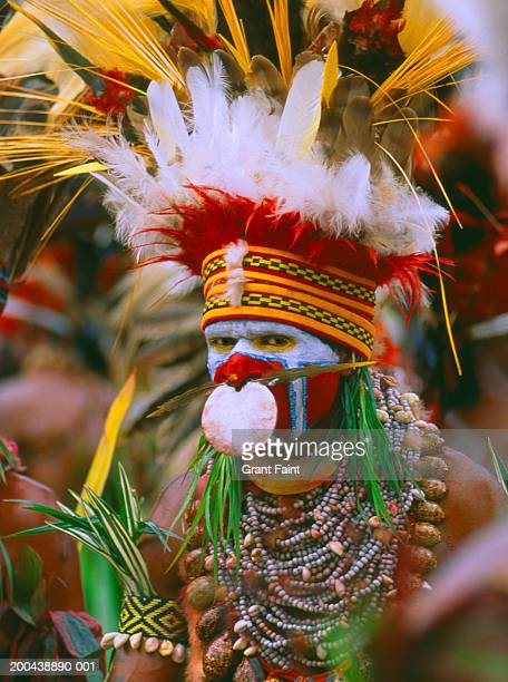 papua new guinea, goroka, man in traditional dress, portrait - papua new guinea stock pictures, royalty-free photos & images