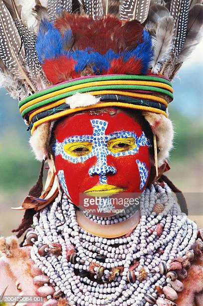 papua new guinea, mt. hagen, tribesman painted for sing-sing ceremony - papua new guinea stock pictures, royalty-free photos & images