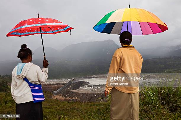 Papuan women from the town of Porgera look at the view of the dumpsites of the Porgera Joint Venture Gold Mine Papua New Guinea Porgera Papua New...