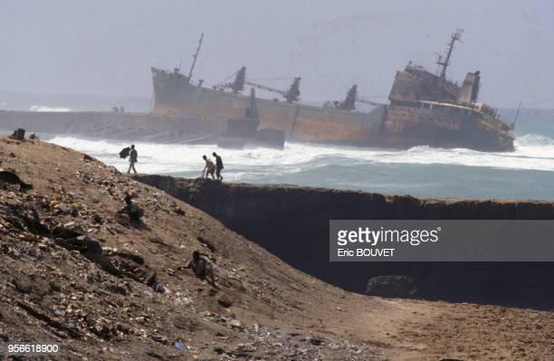 Paquebot échoué dans le port de Mogadiscio en juillet 1992 en Somalie