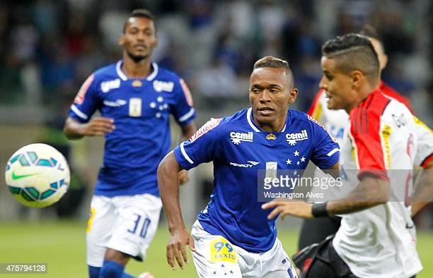 Para of Cruzeiro and Everton of Flamengo battle for the ball during a match between Cruzeiro and Flamengo as part of Brasileirao Series A 2015 at...