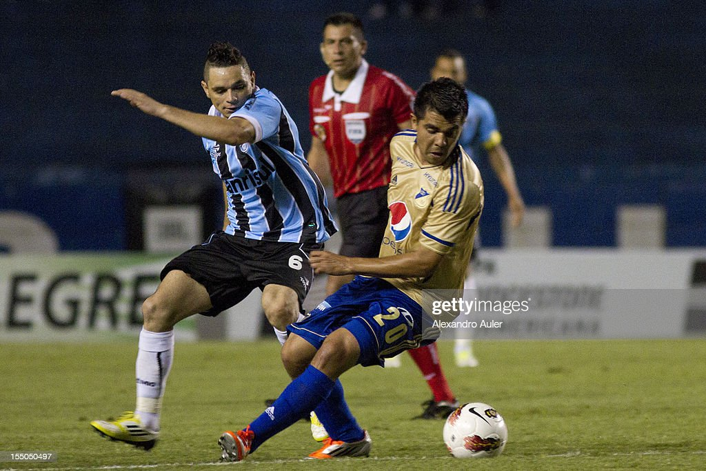 Para of Grêmio fights for the ball with Vasquez of Millonarios during the match between Grêmio (Brazil) and Millonarios (Colombia) as part of the eighth stage of Copa Sudamericana 2012 at Olímpico stadium on October 30, 2012 in Porto Alegre, Brazil.