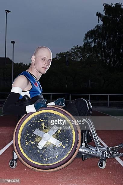 Para rugby-Spieler im Rollstuhl auf der Spur