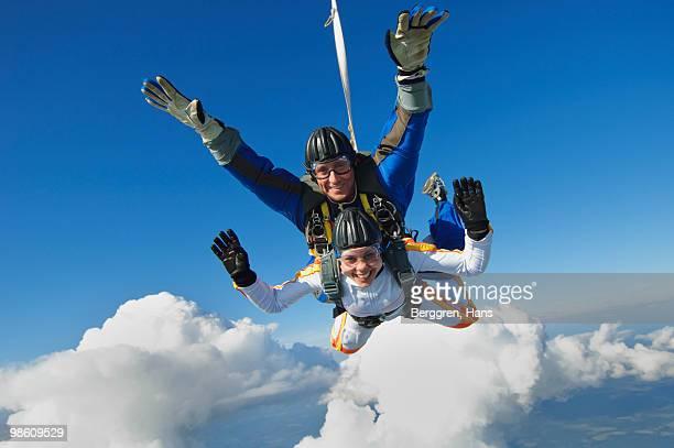 parachute jumpers in the sky, sweden. - fallschirm stock-fotos und bilder