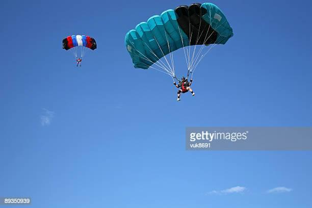parachutists ブルースカイロシンジ島クロアチア - 着陸する ストックフォトと画像