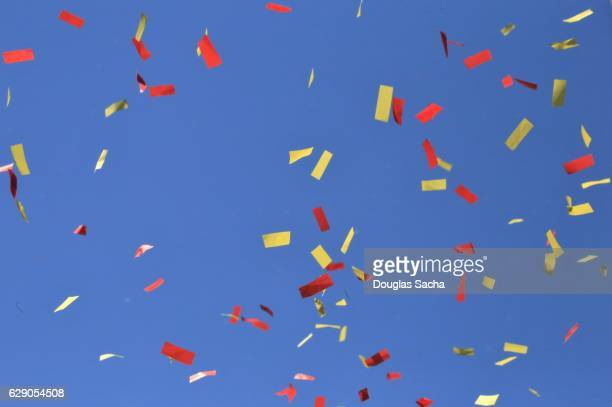 parade confetti against a blue sky - parti politique photos et images de collection