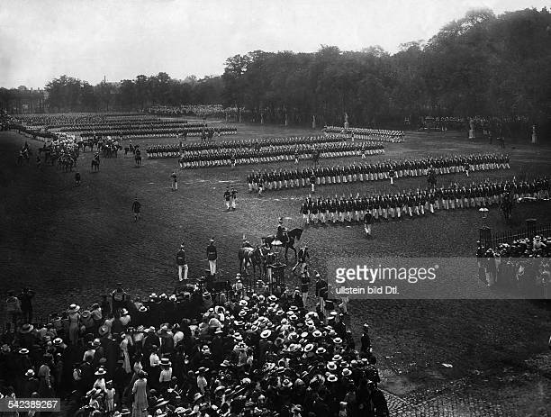 Parade der Potsdamer Garnison anlässlich des Regierungsjubiläums von Kaiser Wilhelm II