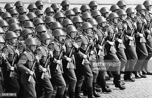 Parade NVA in Berlin Soldaten marschierenohne weitere Angaben 1966