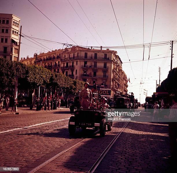 Parade Of July 14Th 1956 In Algiers En Algérie à Alger le 14 juillet 1956 lors du défilé de la fête nationale un soldat au garde à vous debout dans...