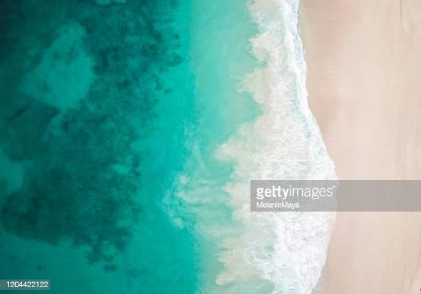 paradise beach en golven van bovenaf - seascape stockfoto's en -beelden