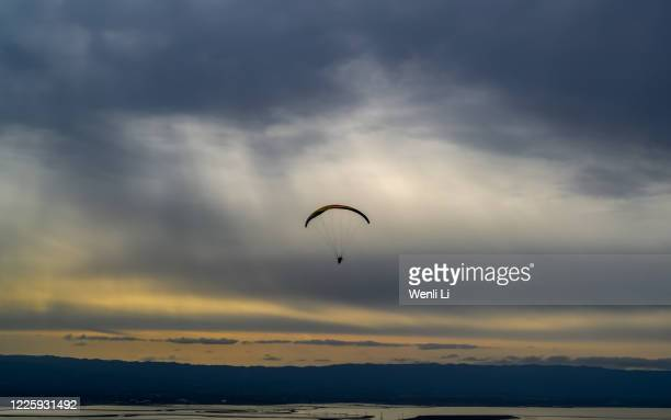 paraglider in the sky over san francisco bay - fremont california stock pictures, royalty-free photos & images