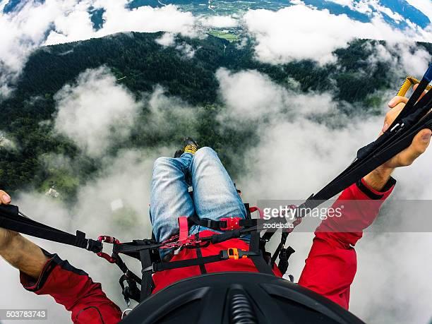 Paraglider die Perspektive, fliegen über den Wolken