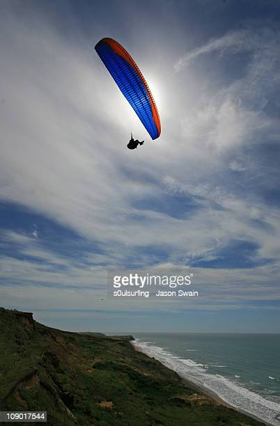 paragliding, compton bay, isle of wight. leaving i - s0ulsurfing stock pictures, royalty-free photos & images