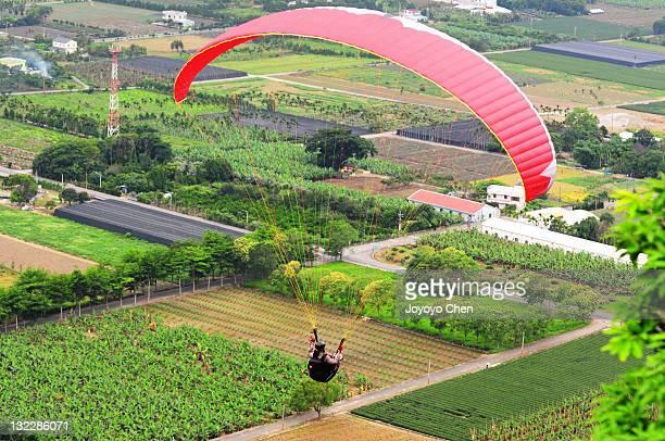 paragliding in luye tableland - hochplateau stock-fotos und bilder