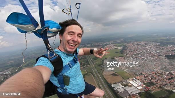 paragliding man selfie - fotohandy stock-fotos und bilder