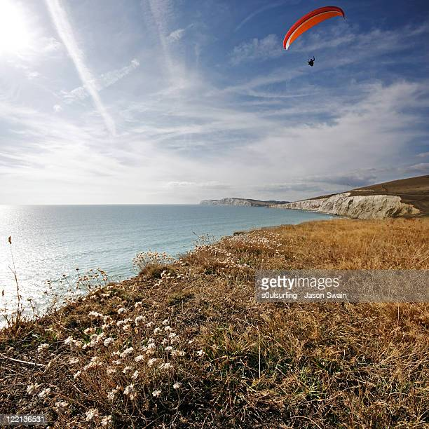 paragliding over compton bay - s0ulsurfing stock pictures, royalty-free photos & images
